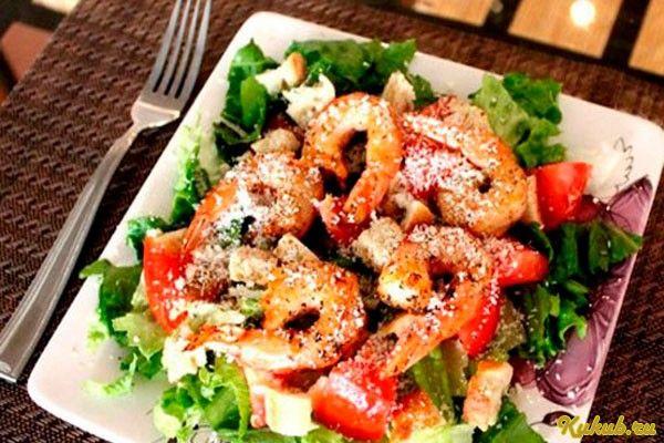 Салат цезарь с курицей маслинами